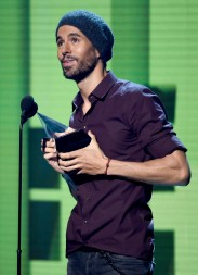 Enrique Iglesias accepts the artist of the year award at the Latin American Music Awards at the Dolby Theatre on Thursday, Oct. 26, 2017, in Los Angeles. (Photo by Chris Pizzello/Invision/AP)